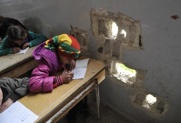 © Leanne Burden Seidel/www.bostonglobe.com  Школьный урок в день первого звонка в сирийском городе Кобани.