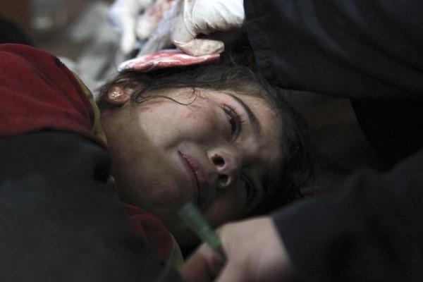 © Badra Mame/Reuters Раненый ребенок в полевом госпитале в Аль-Гута, пригороде Дамаска.