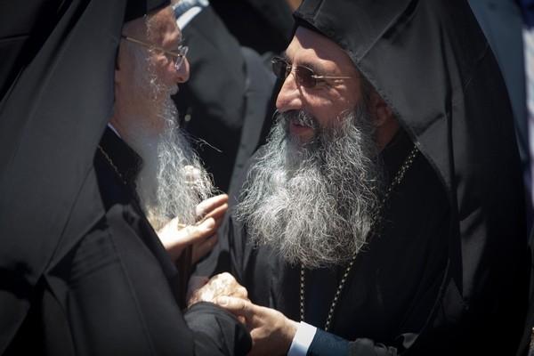 Митрополит Ретимнский и Авлопотамский Евгений приветствует Патриарха Варфоломея.
