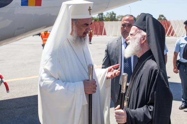 Патриарх Румынский Даниил в аэропорту Ханья. hawkey.photoshelter.com