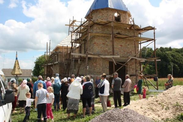На западе Украины верующие за год возвели новый храм вместо захваченного