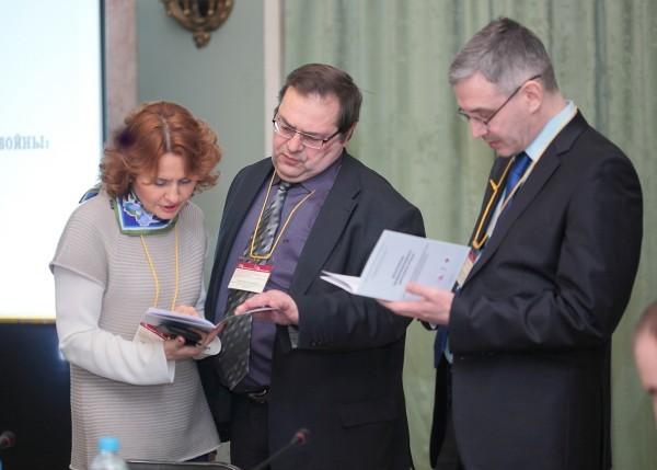 Ирина Великанова с Юрием Петровым и Юрием Никифоровым перед заседанием международного круглого стола по пересмотру итогов Второй мировой войны. Март 2015