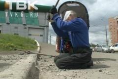 В Красноярске инвалид-колясочник разрушил кувалдой бордюр, чтобы проехать к поликлинике