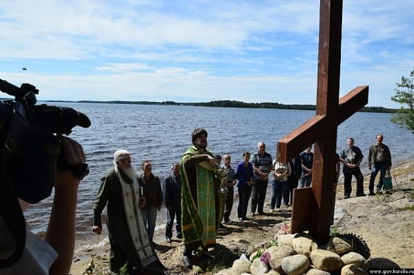 На Сямозере установили поклонный крест и отслужили литию