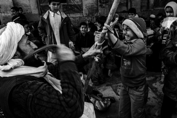 ©Majid Saeedi/www.worldpressphoto.org Герат. Учитель наказывает ученика на уроке релиозного воспитания. Система всеобщего школьного образования в Афганистане практически отсутствует. Многие дети вообще не посещают школу или же вынуждены бросить учебу, чтобы кормить семью.