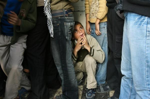 ©Mohammed Abed/www.worldpressphoto.org Мальчик в очереди за хлебом с другими палестинцами в секторе Газа.