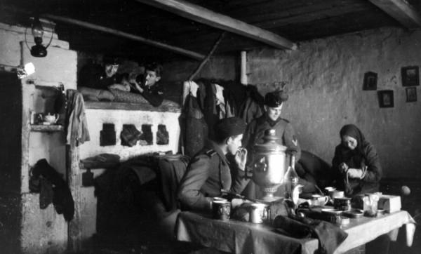 Немецкие солдаты в деревенском доме. Фото istpravda.ru