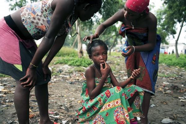 ©Per-Anders Pettersson/www.worldpressphoto.org Эстер (9 лет) курит сигарету, в то время как ее подруги помогают ей с волосами. Эстер бездомная и работает в секс-индустрии всего лишь за 1 доллар. Десятки тысяч детей-беженцев, сирот войны и детей, брошенных своими семьями, живут на улицах в Киншасе и других городах по всей республике Конго.