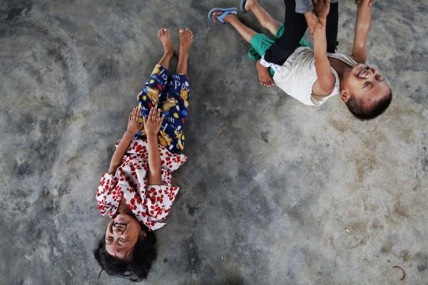 ©REUTERS Damir Sagolj Дети играют в лагере для беженцев в Мьянме. Тысячи людей остались без воды, еды и лекарств после того, как гуманитарные организации были вынуждены покинуть страну из-за нападок буддистов.