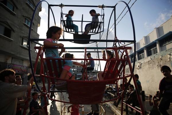 ©REUTERS Morteza Nikoubazl Палестинские дети играют в Бейт-Лахии, на севере сектора Газа.