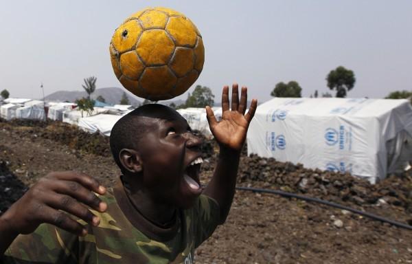 ©REUTERS Thomas Mukoya Мальчик играет с мячом укрытия в лагере Мугунга, во время боевых действий в Демократической Республике Конго.