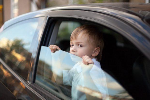 Детей нельзя оставлять в машине одних. Почему это опасно
