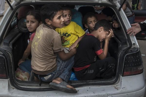 ©Sergey Ponomarev/www.worldpressphoto.org Палестинские беженцы прибывают в приют в Хан-Юнис от боевых действий в их районе.