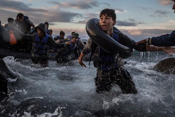 ©Tyler Hicks/www.pulitzer.org Пережив шторм и сильный ветер на море в Турции, мигранты прибывают на резиновых плотах к зубчатым берегам острова Лесбос. Боясь, что плот перевернется или продырявится, мигранты прыгали в ледяную воду и стремились поскорее оказаться на берегу. Этому мальчику это удалось, в отличие от сотен других.