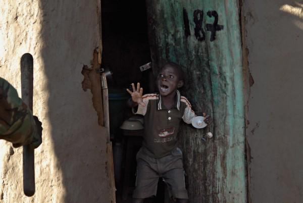 ©Walter Astrada/www.worldpressphoto.org Мальчик (7 лет) кричит полицейским, которые приближаются к его дому. Этническое насилие, которое вспыхнуло в Кении после спорных выборов в декабре 2007 года продолжалось до февраля.