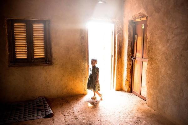 "©William Daniels/www.worldpressphoto.org Девочка в городе Банги. Два дня назад ее родственника убили боевики ""Селека""."
