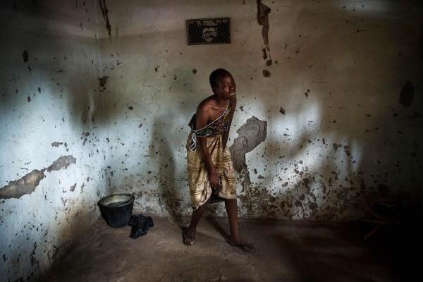©William Daniels/www.worldpressphoto.org Девочка оплакивает своих близких, которых зарезали мусульманские боевики. Вооружённый конфликт между правительством ЦАР и повстанцами начался в 2012 году. Повстанцы свергли президента Франсуа Бозизе, обвинив правительство в несоблюдении условий мирных соглашений, подписанных в 2007 году.