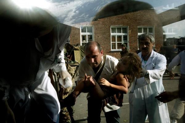 ©Yuri Kozyrev/www.worldpressphoto.org В 2004 году в осетинском городе Беслане произошел один из самых страшных, бессмысленных и жестоких терактов. Заложниками и жертвами этой трагедии стали захваченные боевиками прямо в школе ученики школы №1, их родители и учителя.