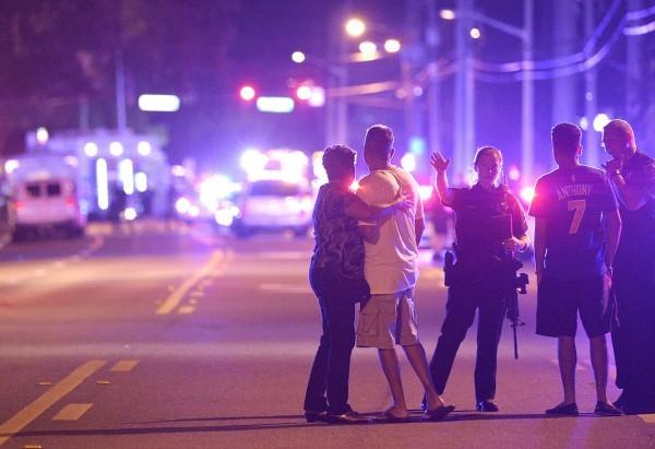 Родственники пострадавших около клуба Pulse, Орландо, штат Флорида. Фото: Phelan M. Ebenhack / AP / East news
