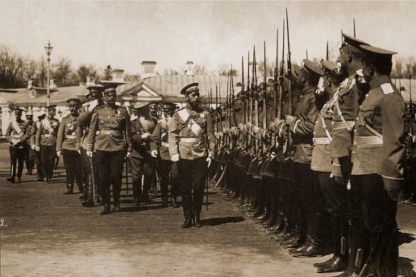 Царь Николай II во время смотра войск