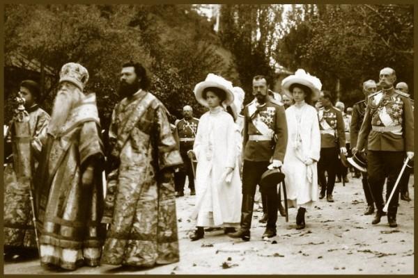 Царская семья во время крестного хода