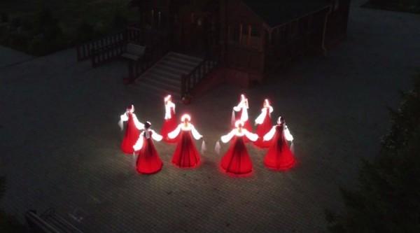 Девушки в светящихся одеждах сняли клип «Аленки» у храма Всех Святых в Омске