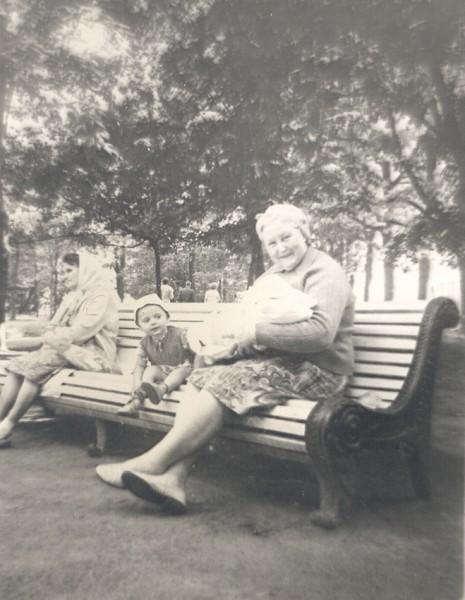 Бабушка со мной на руках у Князь_Владимирского собора