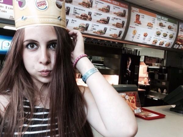 14-летняя школьница из России оказалась одна в осажденном аэропорту Стамбула