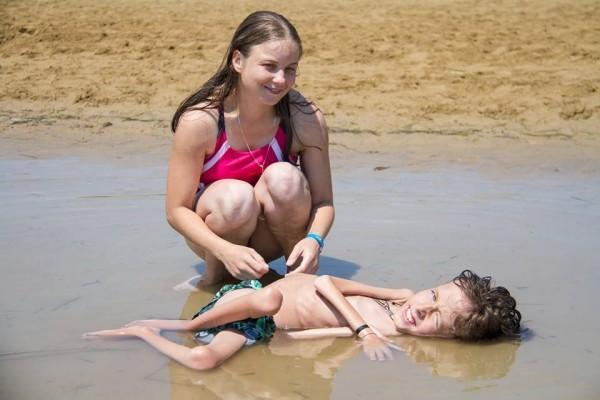 Надя и Дима на пляже. Фото Ariel Palmer