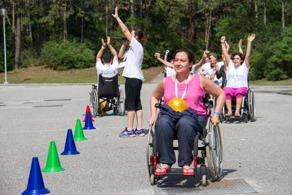 Ольга Германенко учавствует в играх на колясках для родителей. Фото Ariel Palmer