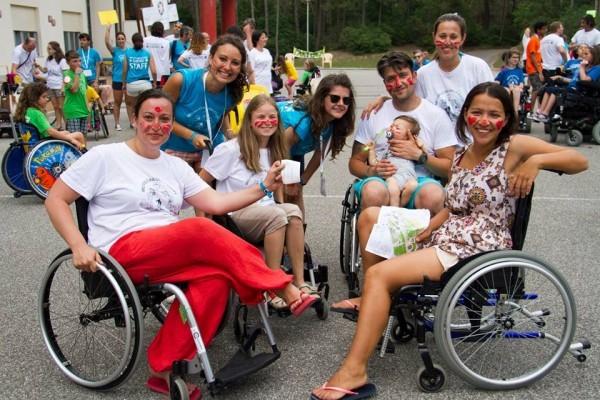 Ольга, Надя, Мария с семьей и волонтеры учатся ориентироваться на местности. Фото Ariel Palmer