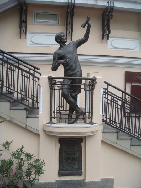 Памятник Сергею Уточкину в Одессе, расположенный по адресу ул. Дерибасовская 22 в доме, в котором располагалась синема́, открытая братьями Уточкиными — «УточКино»