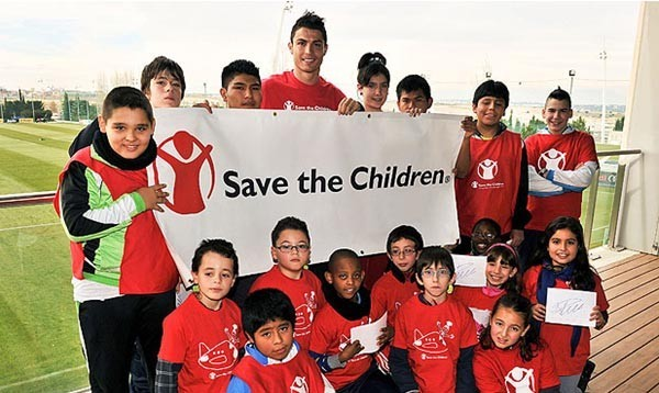 «добрые люди» Ronaldo-with-Save-the-Children-600x358