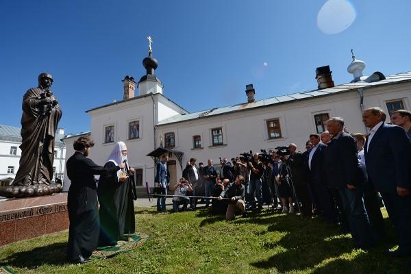 Патриарх Кирилл освятил 3-метровую скульптуру Божией Матери на Валааме