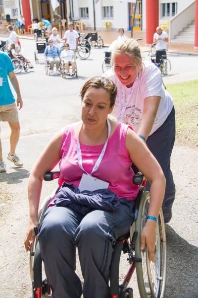 Татьяна Свешникова и Ольга Германенко учатся преодолевать барьеры на инвалидном кресле. Фото Ariel Palmer