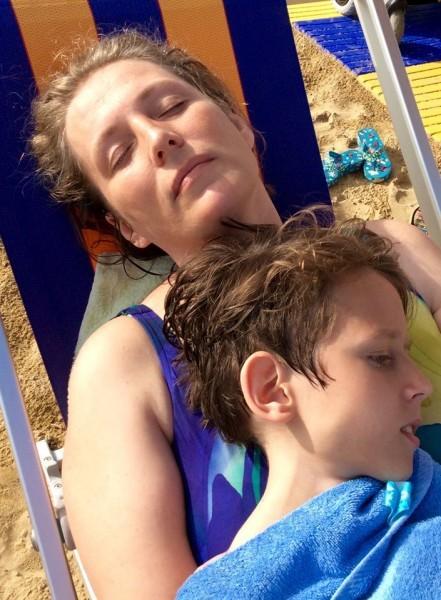 Татьяна и Дима отдыхают на пляже. Фото Надежда Елизарова