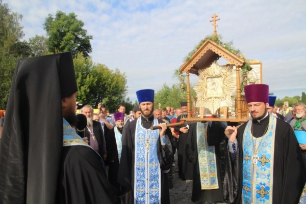 Участники Всеукраинского хода совершили заупокойную молитву у мемориала Небесной сотни