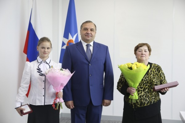 Глава МЧС наградил 12-летнюю девочку, спасавшую детей на Сямозере