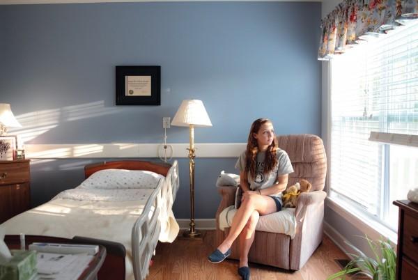 «Сначала я боялась входить в комнаты в хосписе, я не хотела никого беспокоить, - говорит школьница Делени Глейз. – Но я поняла, как семьи благодарны за это. Теперь я чувствую себя гораздо увереннее». Тут Делени сидит в комнате Венди. Венди умерла 30 августа 2013 года.
