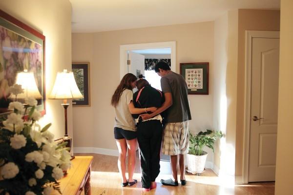 Школьники Делени Глейз и Софонияс Ворку помогают Венди дойти до ее комнаты.