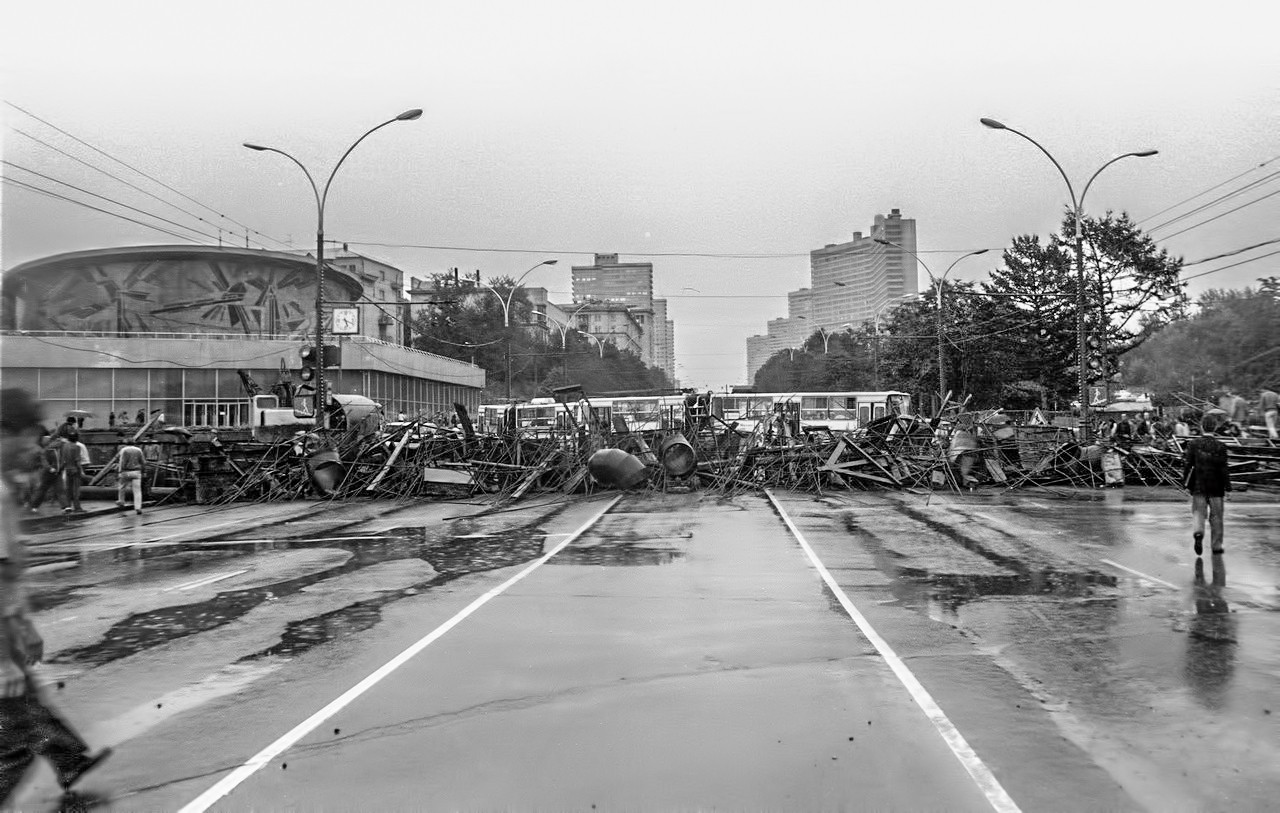 19 августа_Баррикада из троллейбусов, перекрывающая Калининский проспект