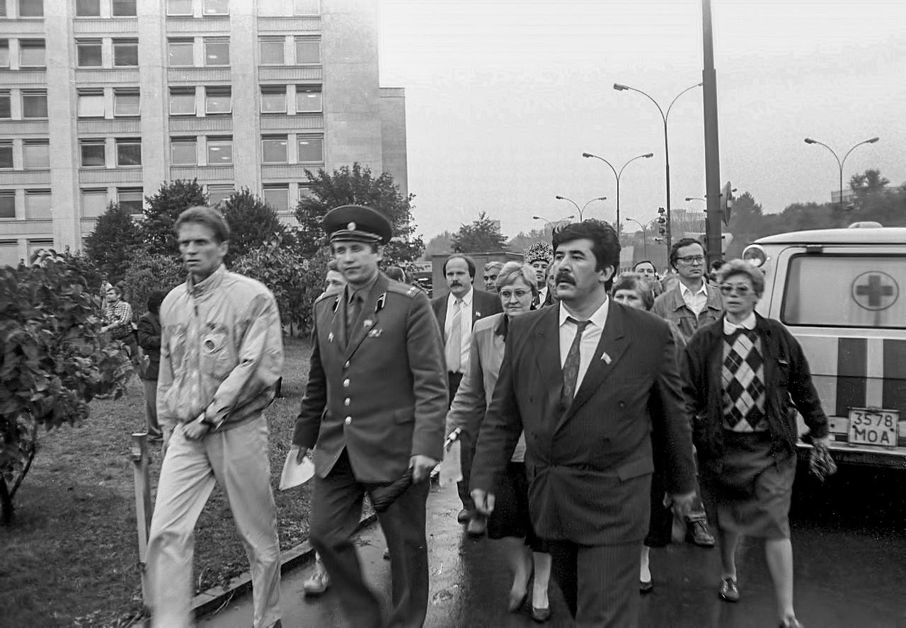 19 августа_Депутаты Верховного Совета идут из Белого Дома навстречу войскам