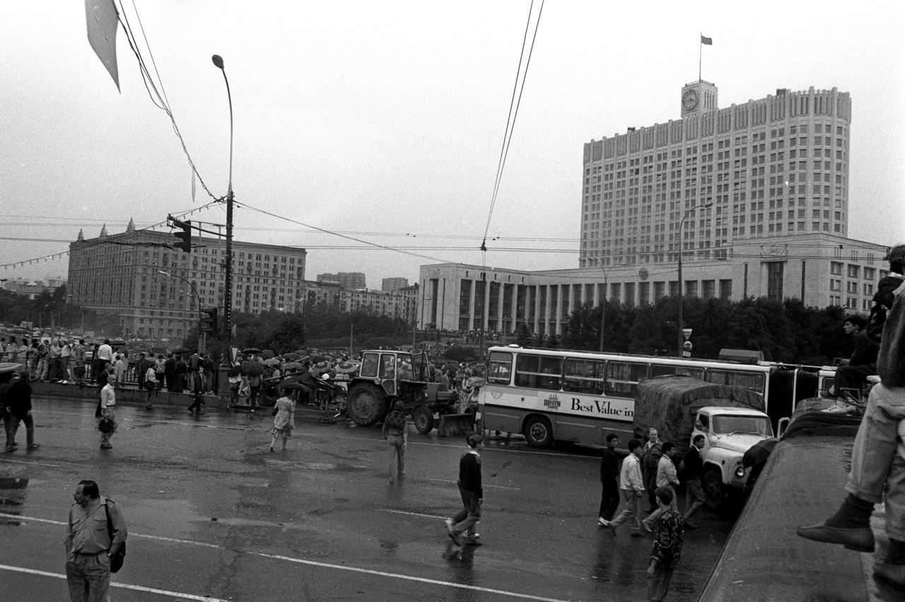 19 августа_Подступы к Белому дому перекрыты троллейбусами