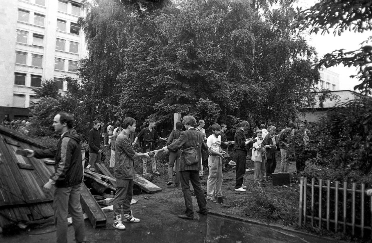 19 августа_Защитники Белого дома передают по цепочке кирпичи для строительства баррикады