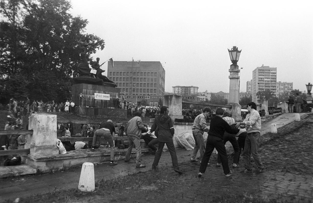 20 августа_Строительство баррикад вокруг Белого дома