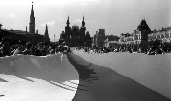 22 августа_Многометровый флаг России проносят по Красной площади