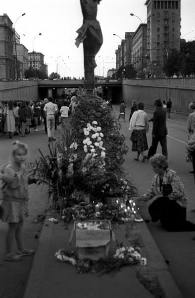 22 августа_Памятный крест, установленный вблизи места гибели защитников Белого дома в тоннеле на Садовом кольце