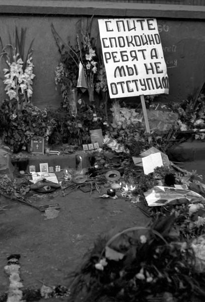 22 августа_Цветы и свечи вблизи места гибели троих защитников Белого дома