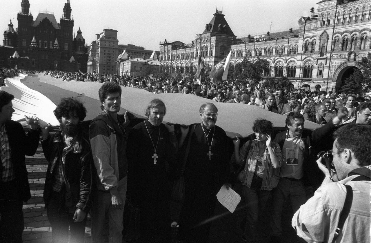 22 августа_Во главе колонны проносят флаг России. В первых рядах идет отец Александр Борисов