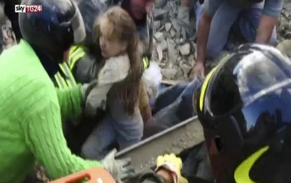 В Италии спасатели извлекли из-под обломков живую девочку